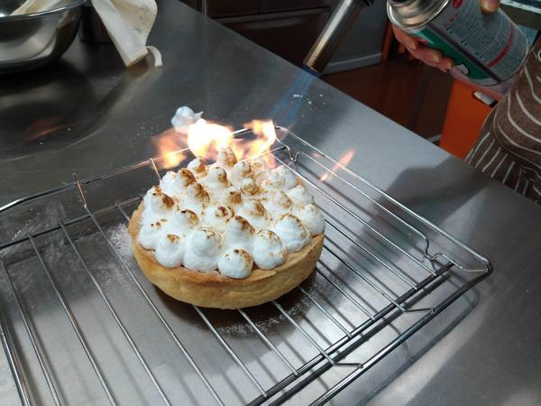 実習風景  レモンクリームパイ・キャラメリゼしています。