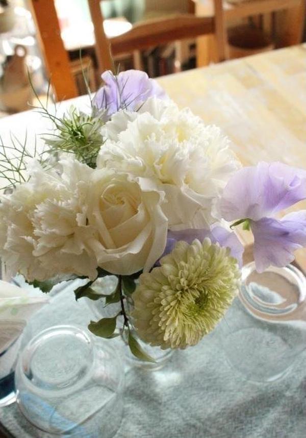 テーブルはいつも季節のお花でコーディネート