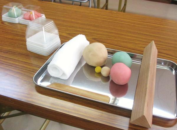 京都の老舗和菓子屋さんで、練り切菓子を作りました。