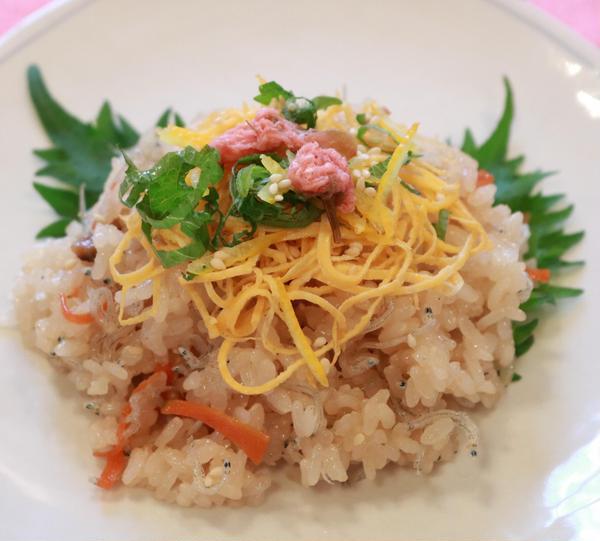 養成コースの春の季節薬膳「山茱萸」のちらし寿司です。