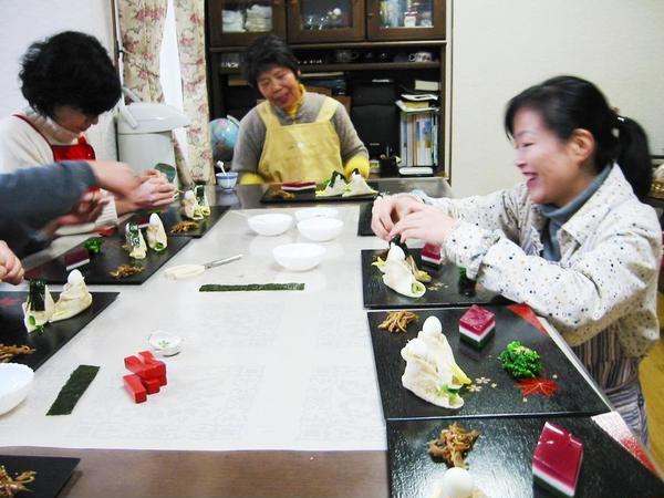 お雛様料理は、玄米酢飯のクレープ包み。髪、お顔の目を海苔で。