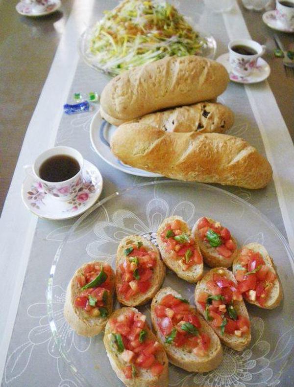 パン教室。フランスパンとバジルのブルスケッタ。