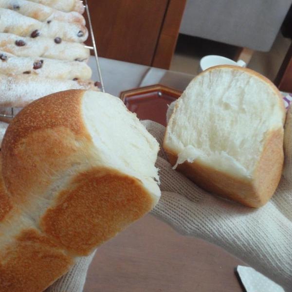 焼き立て食パンを手割り