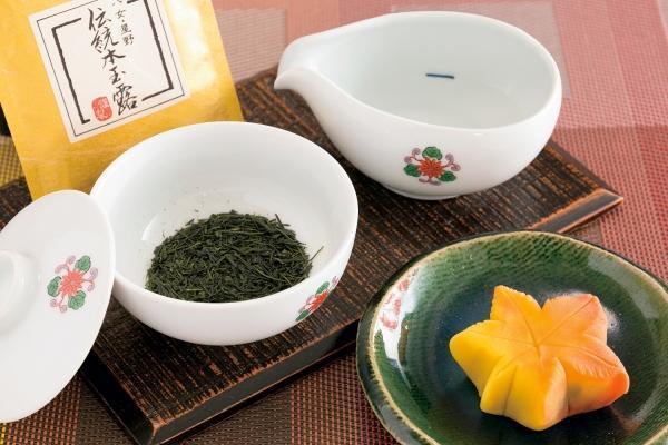 和菓子と一緒に「八女伝統本玉露」をすすり茶で…