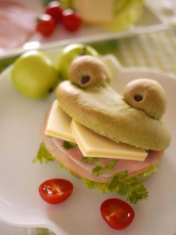 カエルの口に具材を挟んで食べるサンドイッチパンです。