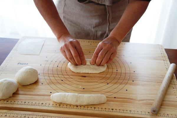 デモンストレーション後にパンの生地をこねたり、成型したり!