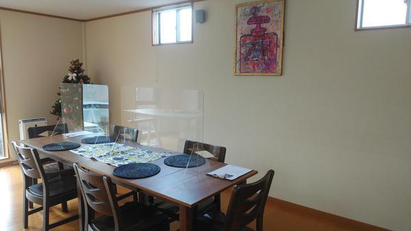ご試食のテーブルには、アクリル板を置いています。