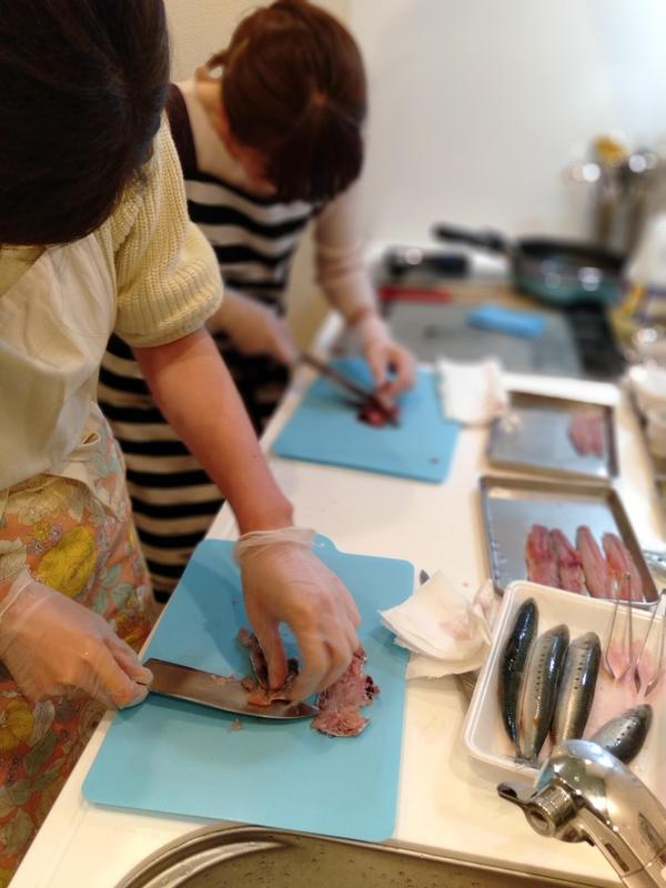大人気の魚さばき料理教室!