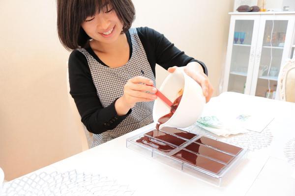 チョコレートを型に入れています。