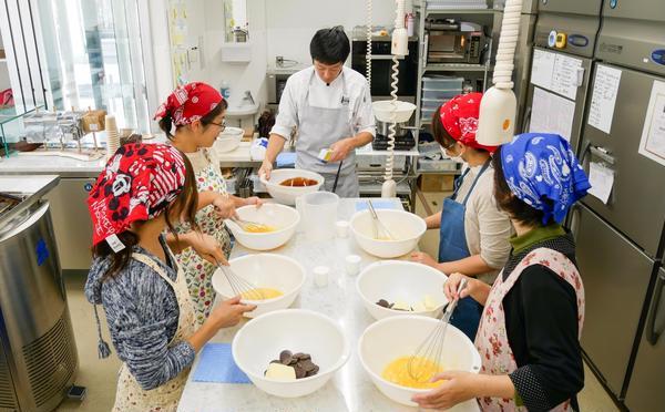 グルテンフリーチョコレートケーキ教室の風景
