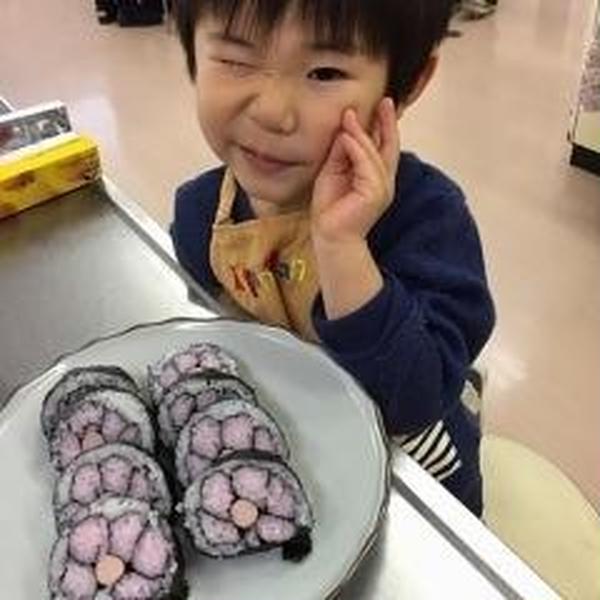 3歳さんも、ご満悦♪出張レッスン お花の飾り巻き寿司