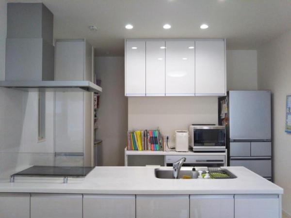 白を基調としたフルフラットキッチンです
