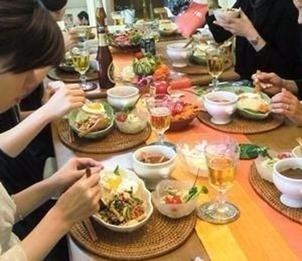 タイ料理も毎回人気です。ワイワイ試食タイム♪