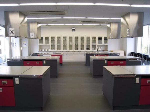 広いキッチンスタジオでレッスンをおこなっています