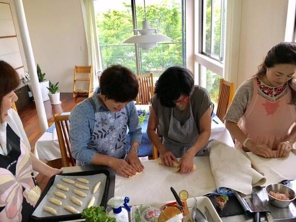 初めてのパン作り。皆さん真剣に!