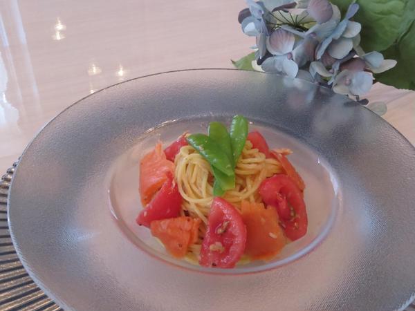 フルーツトマトとスモークサーモンの冷製パスタ