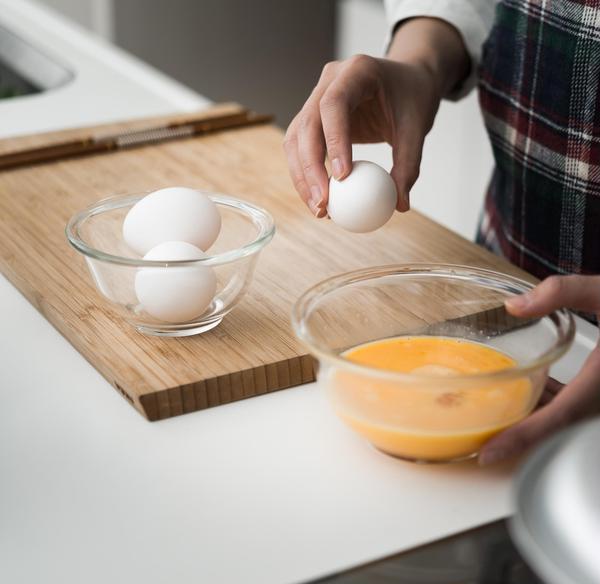 一人3個の卵を使用し、丁寧に攪拌します。