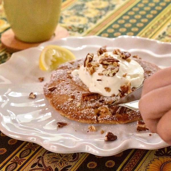 ズッキーニブレッドをパンケーキに仕立ててご試食を。