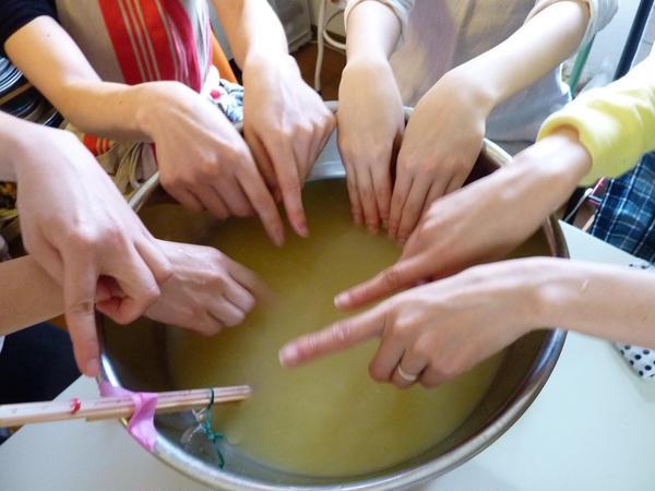 手当て法もレッスンしています、これは生姜湿布の前の手浴です
