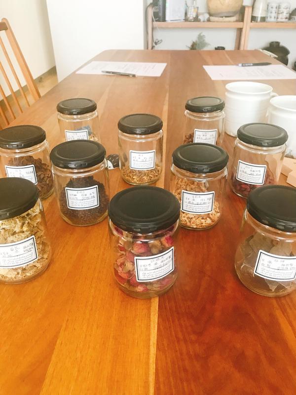 色々な茶材から自分専用のお茶を作ります