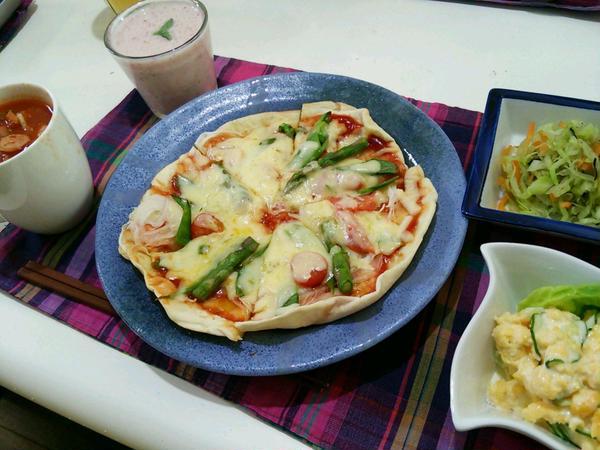 春野菜のピザは窯で焼いたみたいに底はパリパリ!