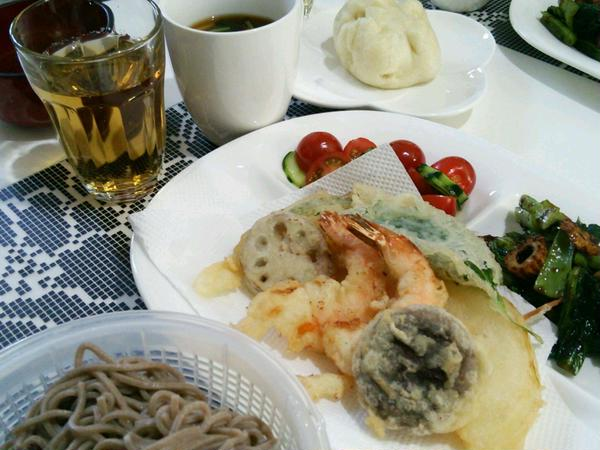 大満足!サクサク天ぷらとトマトのピクルスはさわやかな1品。