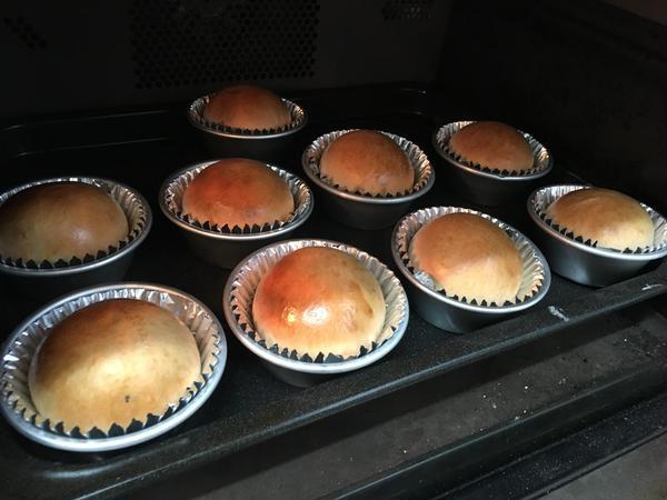 オーブンの中で焼きあがったパン