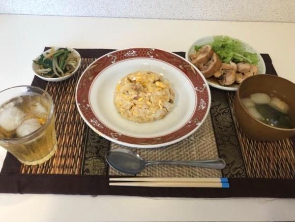 7月のメニューは鶏チャーシュー、炒飯、お味噌汁、ナムルです