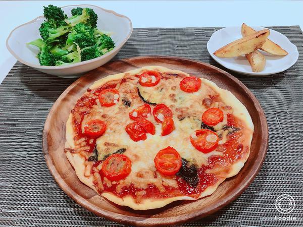 10月は手作りピザ、ベイクドポテト ブロッコリーのお浸しです