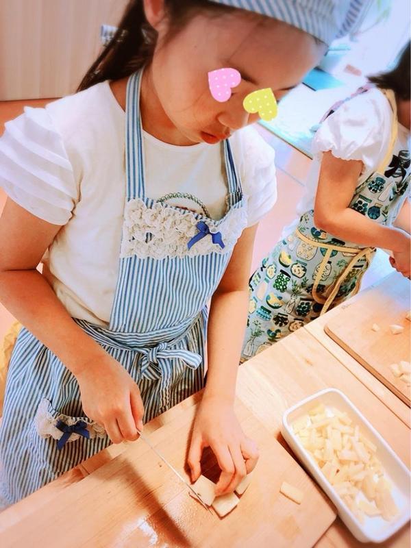 使う材料は、子ども達が包丁を使って切っていきます。