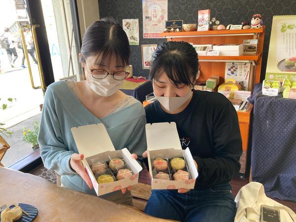 和菓子を見つめて!