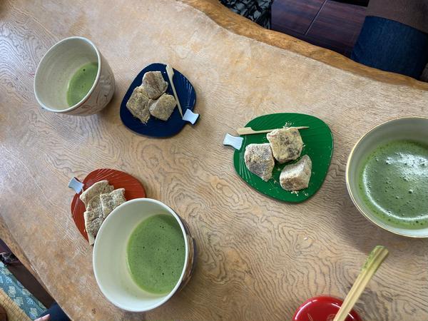 お抹茶と一口菓子です。抹茶体験されました。