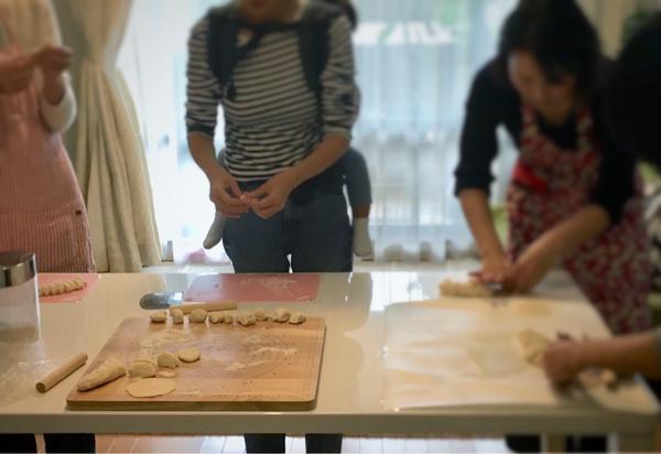 皮から手作り水餃子レッスンの風景です。