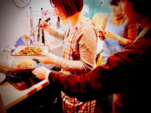 スマホ撮影もしながら♪参加者全員で料理しますo(^-^)o