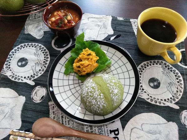 抹茶のおしりパン、カボチャサラダ、豆のトマト煮込みのランチ。