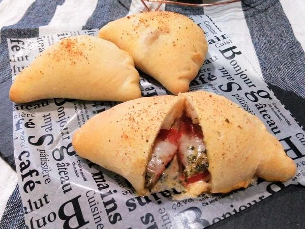 ピザ専用粉で作るカルツォーネ。生トマトがジューシー♪