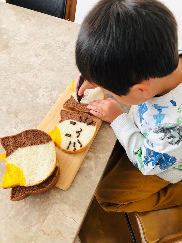 ねこ食パンにチョコペンでお顔を❤️お子様に大人気です‼️