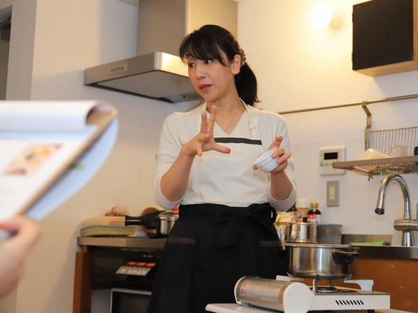 デモンストレーションでお料理を作りながら、ポイントを説明