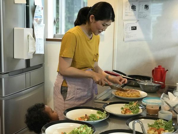 オムレツをカットしてお皿に盛り付け、そして試食タイム!