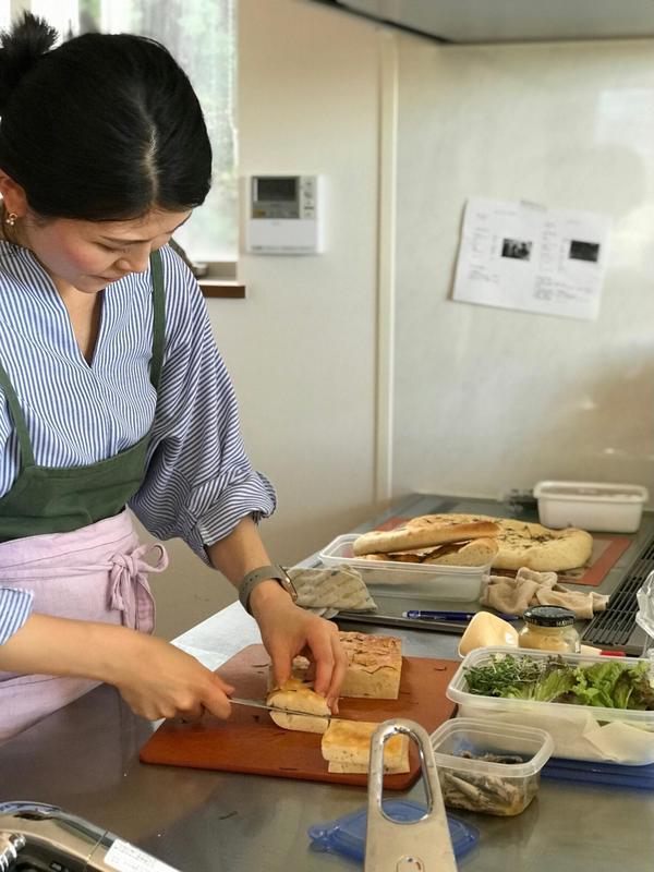 手作りフォカッチャをサンドイッチにしている様子。