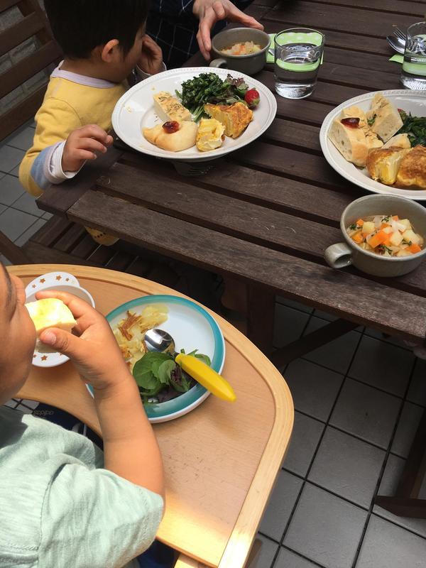子供達と一緒にテラスで試食タイム!