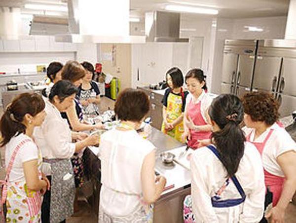 日本橋校の授業風景。銀座校も料理講師2名がサポート。