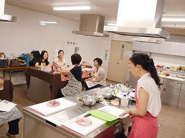 銀座校は料理の実演をご観覧いただくデモストレーション形式。