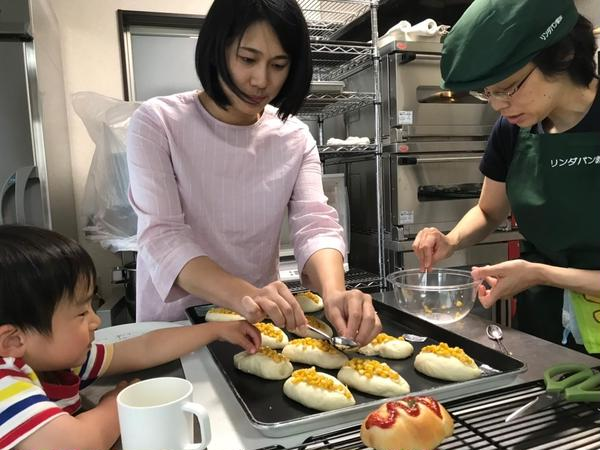 親子でコーンマヨネーズパンを製作しています。