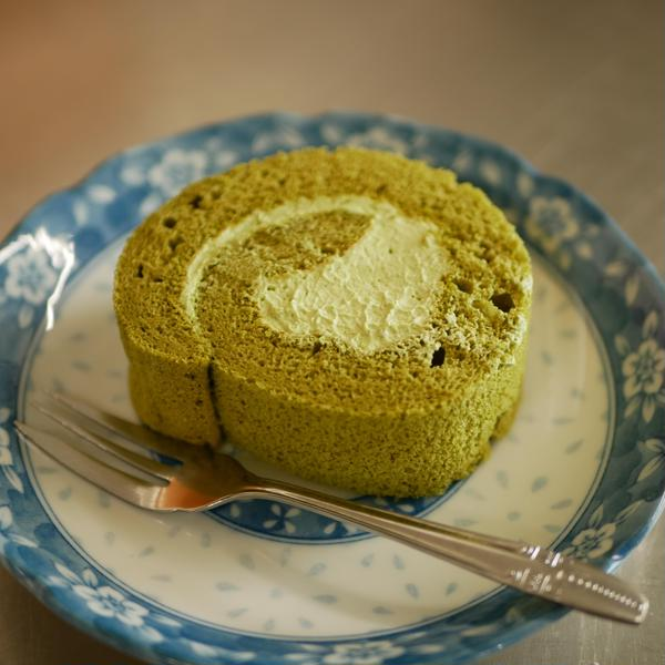 今日のおやつは抹茶ロールケーキ♪