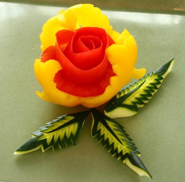パプリカの器・トマトのバラ・ズッキーニの葉